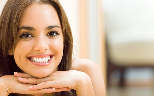 Jeune femme chez elle, tout sourire - © Shutterstock http://www.shutterstock.com/fr/pic-183422168/stock-photo-portrait-of-young-woman-at-home-with-copyspace.html