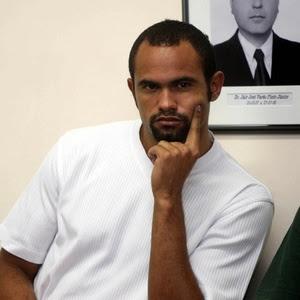 Foto de 2010 mostra o goleiro Bruno Souza aguardando para prestar depoimento no Fórum de Contagem