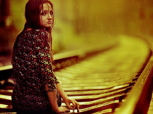 prin-boreseis-na-ziseis-woman-rain-train-yellow-ingolden-gr