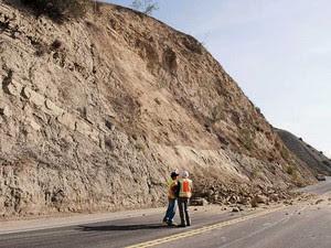 Geólogos analisam um deslizamento de terra em uma estrada em Brea, na Califórnia. (Foto: The Orange County Register / Ken Steinhardt / Via AP Photo)