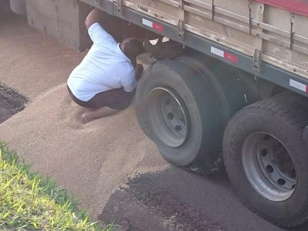 Cerca de três toneladas de grãos de trigo ficaram espalhados por rodovia. Caminhão está parado às margens da BR-369 (Foto: Alberto D´Angele/RPC)