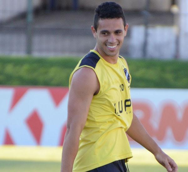 O meia Júnior Timbó entra no time na vaga deixada por Rogerinho