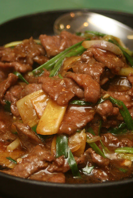 Stir-fried Beef with Ginger & Spring onions on Hotplate