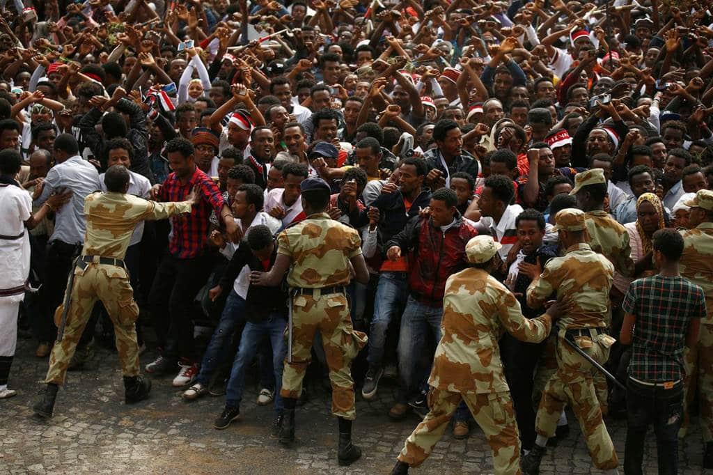 La polizia trattiene i manifestanti durante il festival oromo Irreecha a Bishoftu, Etiopia, il 2 ottobre 2016.  - Tiksa Negeri, Reuters/Contrasto