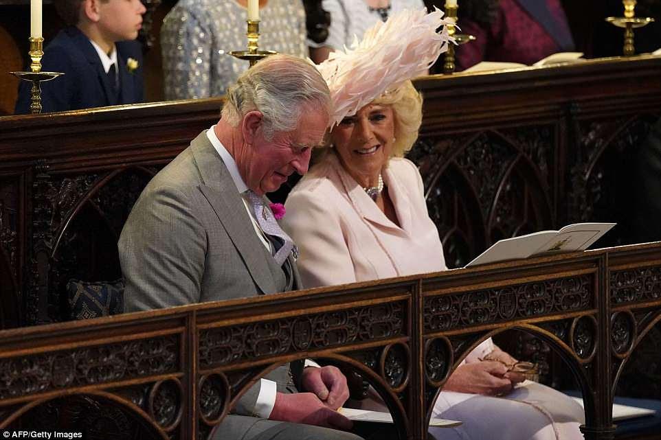 El Príncipe Carlos y Camila, duquesa de Cornwall esperan en la capilla para la ceremonia de la boda
