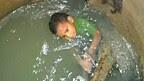 Niño en alcantarilla en Colombia