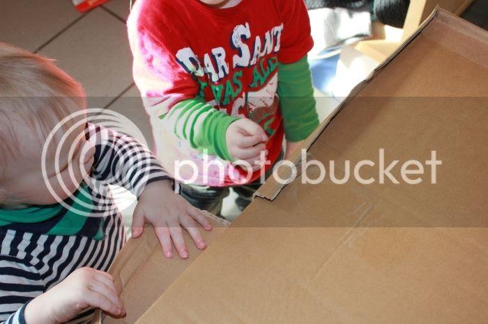 Bjarne und Jannes packen ein Paket aus