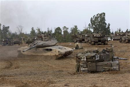 Israeli soldiers prepare tanks near the border with the Gaza Strip November 17, 2012. REUTERS-Ronen Zvulun