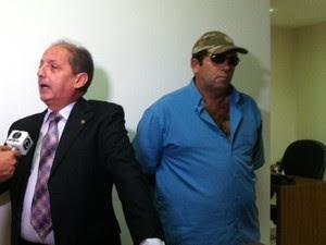 Policial militar Rosivaldo Fernandes é suspeito de participar de grupo de extermínio. Ele e o advogado concenderam entrevista ao G1 à Inter TV Cabugi no RN (Foto: Anderson Barbosa/G1)