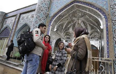 מבקרים בקבר הנביא. גם מוסלמים ותלמידי תיכון (צילום: AP)