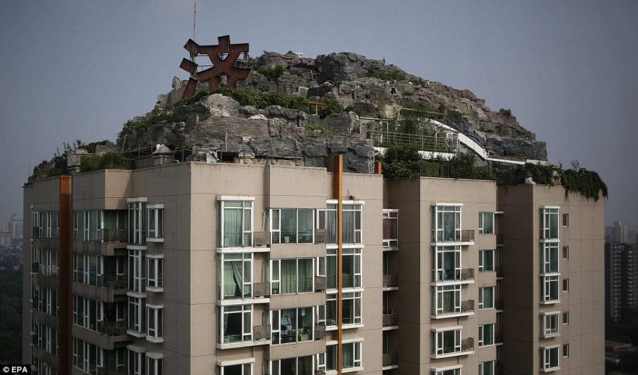 Empresário excêntrico constrói casa serrana no topo de um prédio em Beijing 06