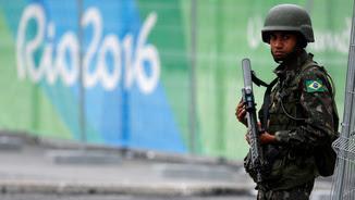 Un soldat brasiler fa guàrdia al Parc Olímpic de Rio (Reuters)