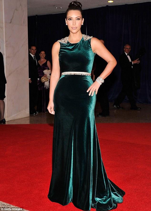Vestido de veludo verde: Kim Kardashian estava deslumbrante em um vestido de comprimento floresta verde andar no Jantar dos Correspondentes da Casa Branca Associação cedo hoje à noite