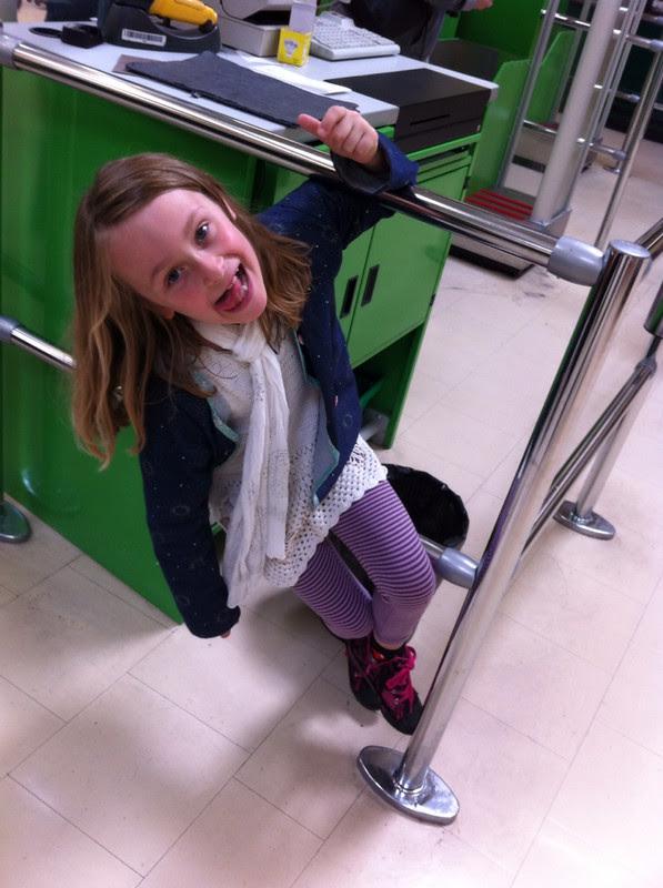 Les corses au magasin de bricolage avec les enfants