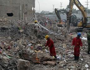 Equipes de resgate encerraram, nesta segunda-feira, as buscas às vítimas do prédio que desabou em Bangladesh dia 24 de abril. No total, 1.127 pessoas morreram (Foto: AP. Foto / AM Ahad)