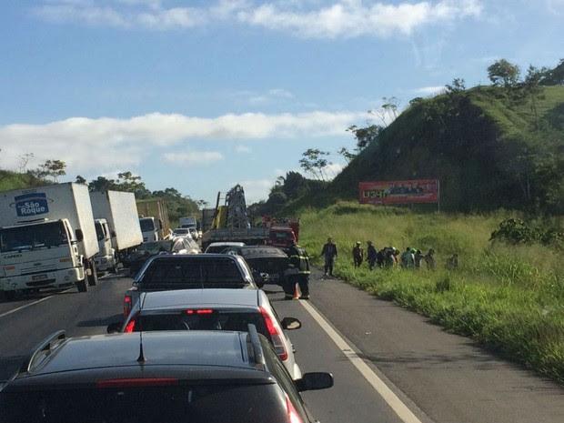 Acidente deixou o trânsito lento nos dois sentido da pista (Foto: Bia Casagrande / Voz da Bahia)