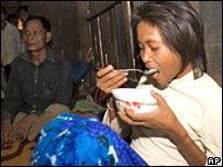 Mujer hallada come arroz