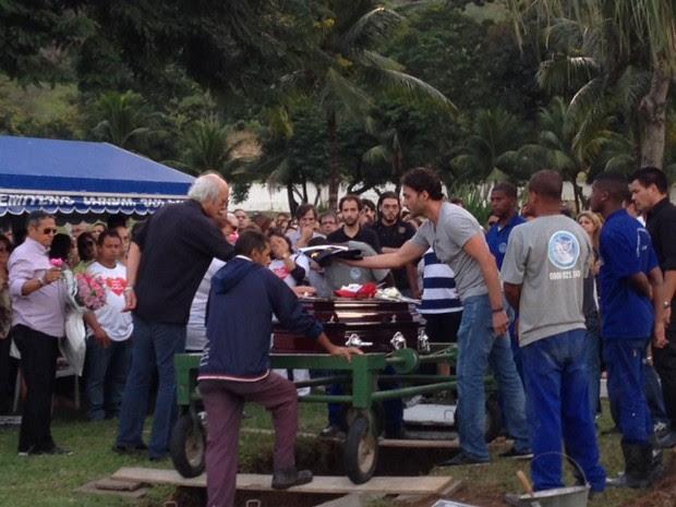 Erasmo Carlos pega a bandeira do Vasco que cobriu o caixão do filho (Foto: Káthia Mello / G1)