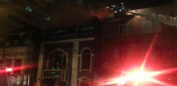Imagem mostra a parte externa da casa noturna Cabaret durante o incêndio na noite deste sábado