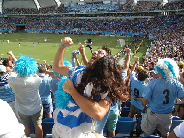 Uruguaios comemoram gol (Foto: Augusto Gomes/G1)