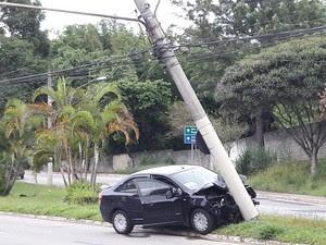 Motorista perde o controle e bate em poste em São José dos Campos (Foto: Ulisses Oliveira/Vanguarda Repórter)