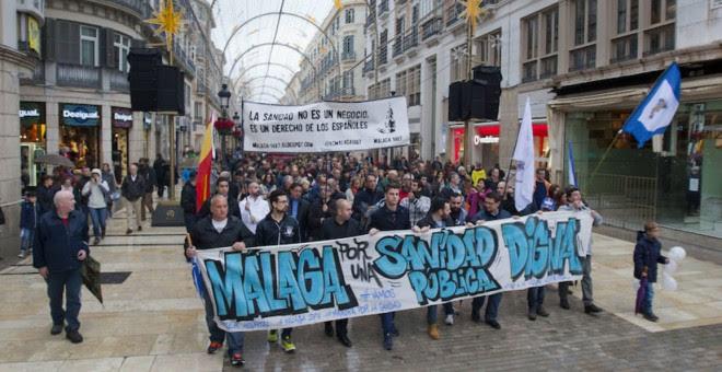 La cabecera de la manifestación en Málaga a su paso por la calle Larios. /ÁLVARO CABRERA (DIARIO SUR)