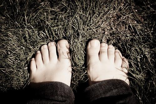 Una pies descalzos