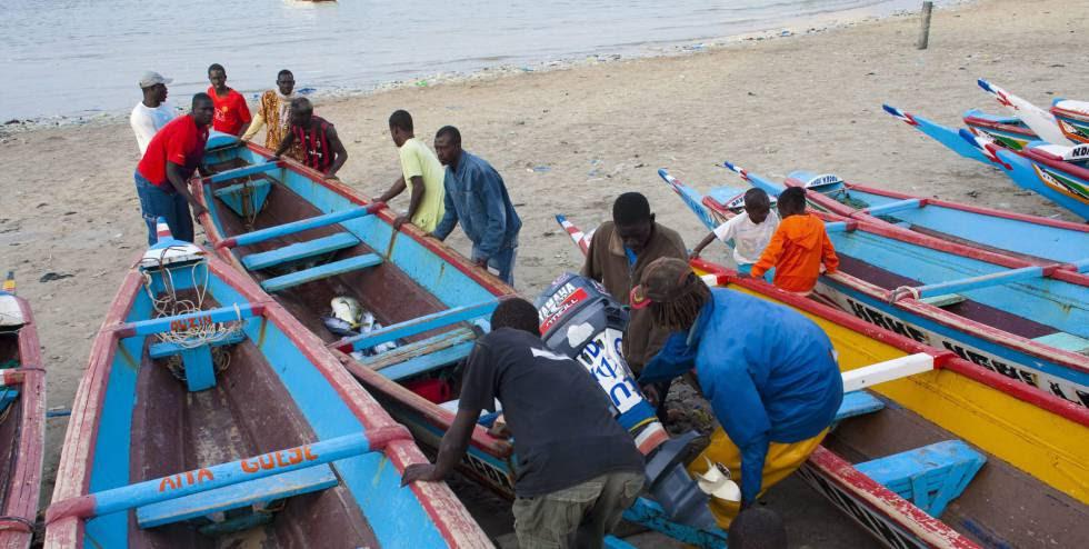 Un grupo de pescadores ubica una barca tras una jornada de trabajo en Ngor, Dakar (Senegal).