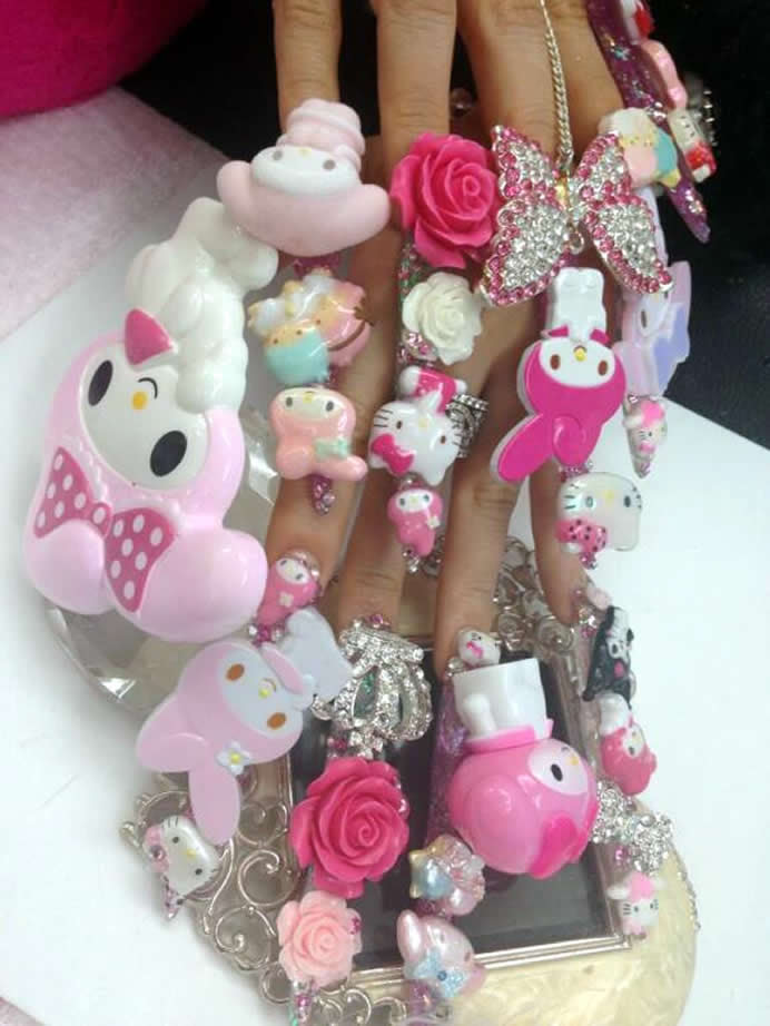hello-kitty-manicure-2