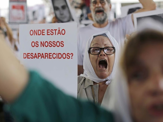 Manifestantes participam do ato público 'Ditadura Nunca Mais: 50 anos do golpe militar' na antiga sede do DOI-Codi, que agora abriga a 36ª Delegacia de Polícia (Vila Mariana), na Zona Sul de São Paulo (Foto: Nelson Antoine/Fotoarena/Estadão Conteúdo)