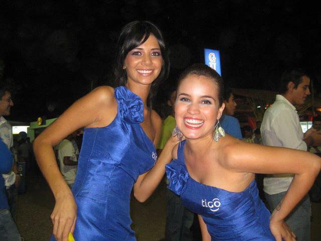 Anabel Angus y Oriana Arredondo como azafatas en la FEICOBOL 2011