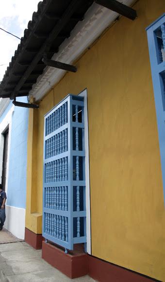 Verja de madera en la ciudad de Sancti Spíritus. Serie Una ciudad testigo del tiempo.Foto: Daylén Vega/Cubadebate