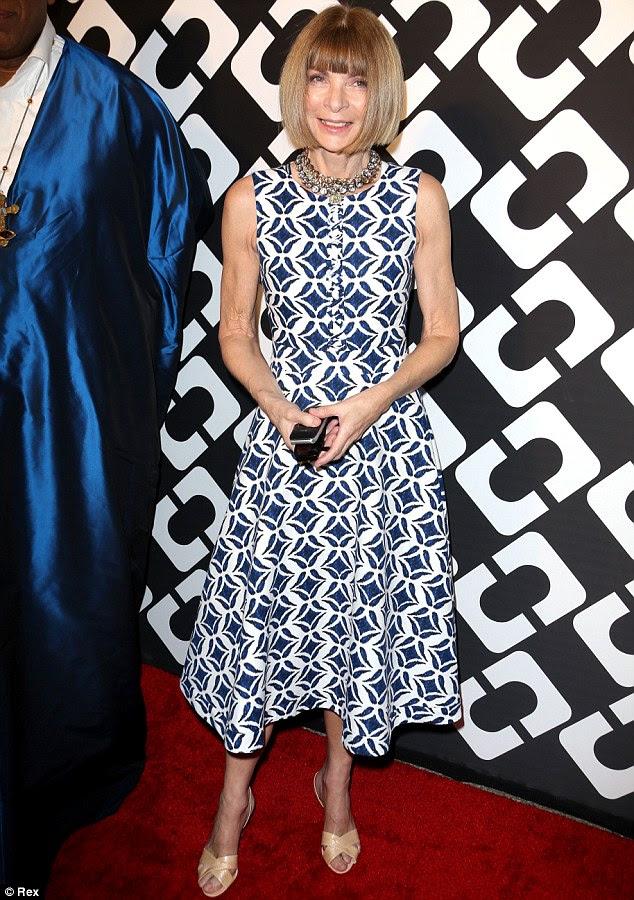 Ir azul: Anna Wintour escolheu um vestido azul requintadamente estampados e saltos neutros