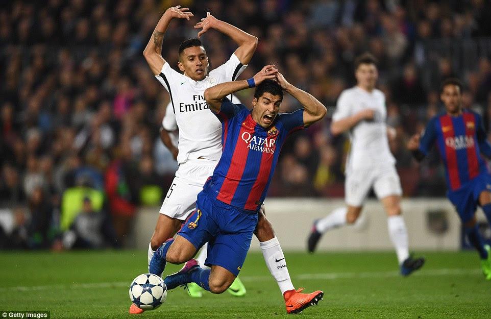 Luis Suárez es objeto de falta por Marquinhos el interior de la caja para dar Barca un penal y la oportunidad de traerlos nivel en el global