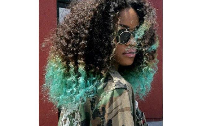 Um visual diferente e estiloso para cabelos afro