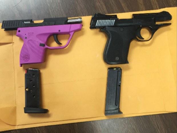 Polícia apresentou as armas levadas pelos alunos de 6 e 7 anos (Foto: Kentucky State Police/AP)
