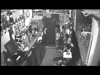 Pub Poltergeist Throws Glasses on CCTV  / Fantasma Captado por CCTV en un Pub Inglés