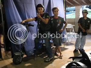 foto menino em cima de uma mini moto