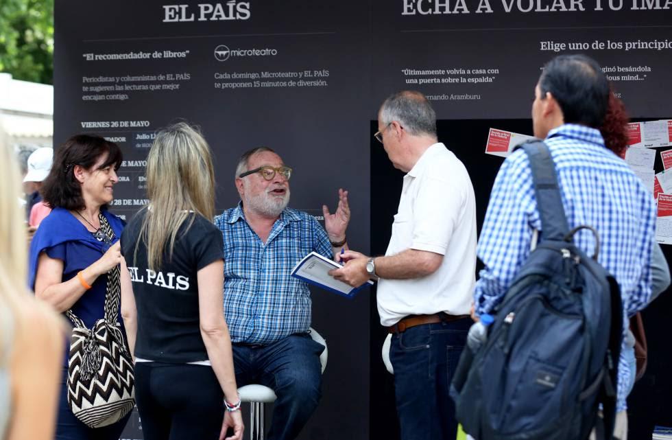 Savater, charlando con los visitantes.