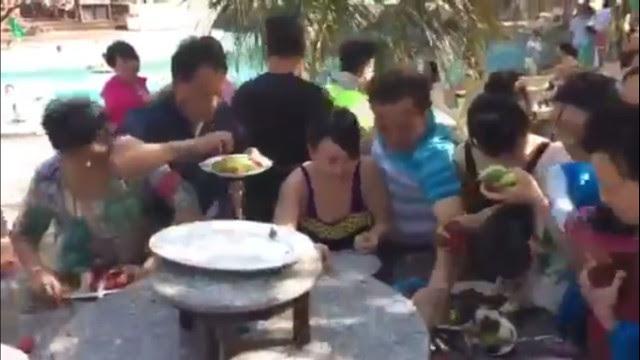 khách Trung Quốc, hình ảnh xấu xí khi đi du lịch, hình ảnh xấu xí của khách Trung Quốc, chen lấn ăn hoa quả