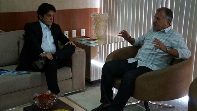 Zico é recebido pelo governador Robinson Faria em Natal (Foto: Augusto Gomes/GloboEsporte.com)
