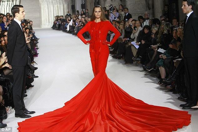 O vestido foi inspirado na obra-prima de £ 110 Rolland Stephane modelado por Yasmin Le Bon em Paris Fashion Week no início deste ano
