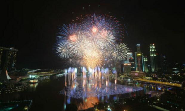 Em Singapura, a queima de fogos foi concentrada na Marina Bay. / Foto: AFP