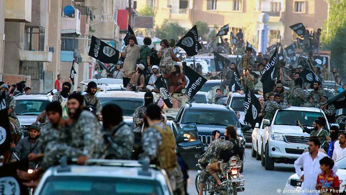 Syrien IS Kämpfer in Raqqa (picture-alliance/AP Photo)