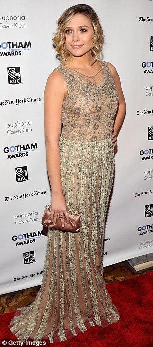 Tomar um rumo: Atriz Elizabeth Olsen brilhavam em um vestido de ouro em camadas com um underlay cor de carne