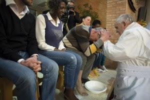 Guarda la versione ingrandita di L'ultima lavanda dei piedi di papa Francesco, ai detenuti di Rebibbia