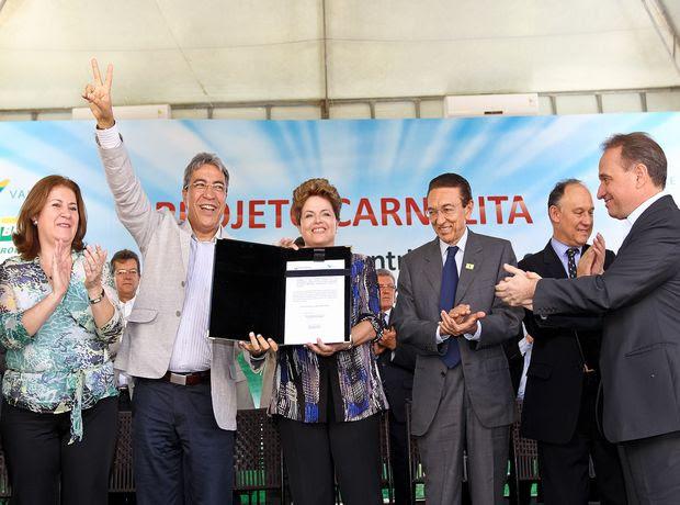 Presidente Dilma Rousseff assina autorização para início do Projeto Carnalita em Rosário do Catete (SE) (Foto: Roberto Stuckert Filho/PR)