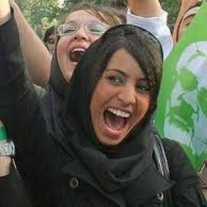 Iran, la provocazione di una giornalista che invita altre donne a diffondere foto senza il velo