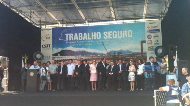 Ex-atacante Ronaldo chega atrasado e no meio do hino nacional em evento no Maracanã
