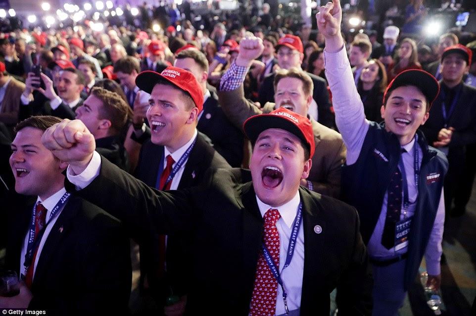 """Celebração: apoiantes jovem Donald Trump vestindo 'Faça América grande de novo """"chapéus e colhedores torcer durante o evento da noite da eleição no New York Hilton Midtown na terça-feira"""